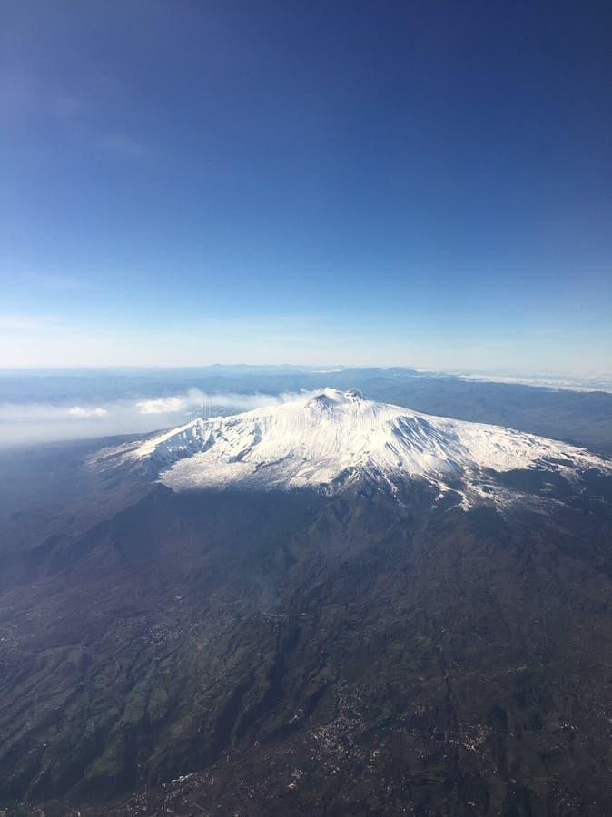 Volcán superior de la montaña con humo foto de archivo libre de regalías