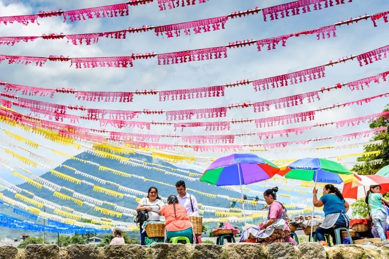 Volcán y colores del día de St John, Guatemala imagen de archivo libre de regalías
