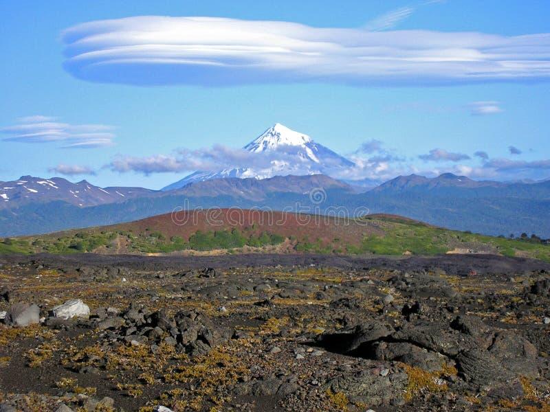 Volcà ¡ n LanÃn en gekke wolken stock foto