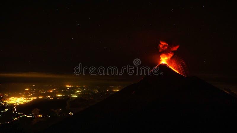 Volcan开火在晚上喷发,看从Volcan阿卡特南戈火山在危地马拉 免版税库存照片