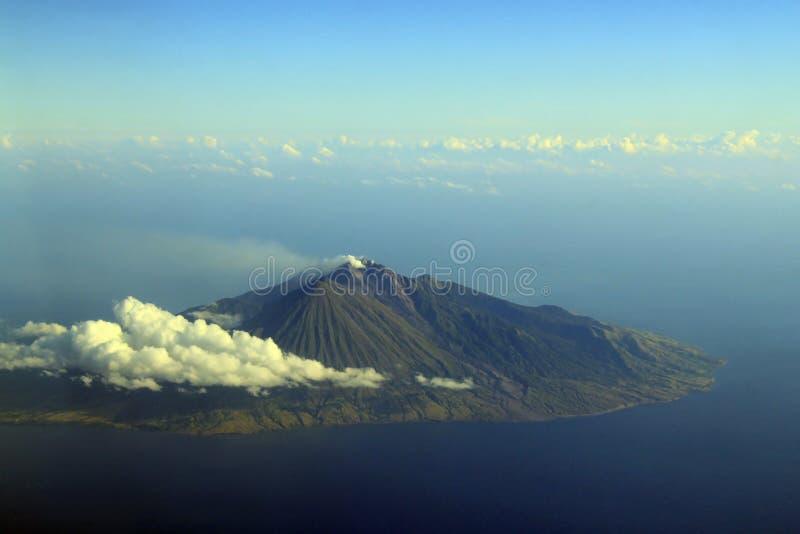 Volcan émettant de la vapeur image stock