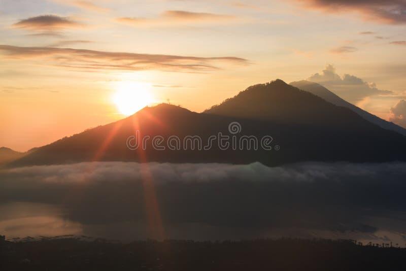 Volcan actif Lever de soleil du haut de bâti Batur - Bali, Indonésie image libre de droits