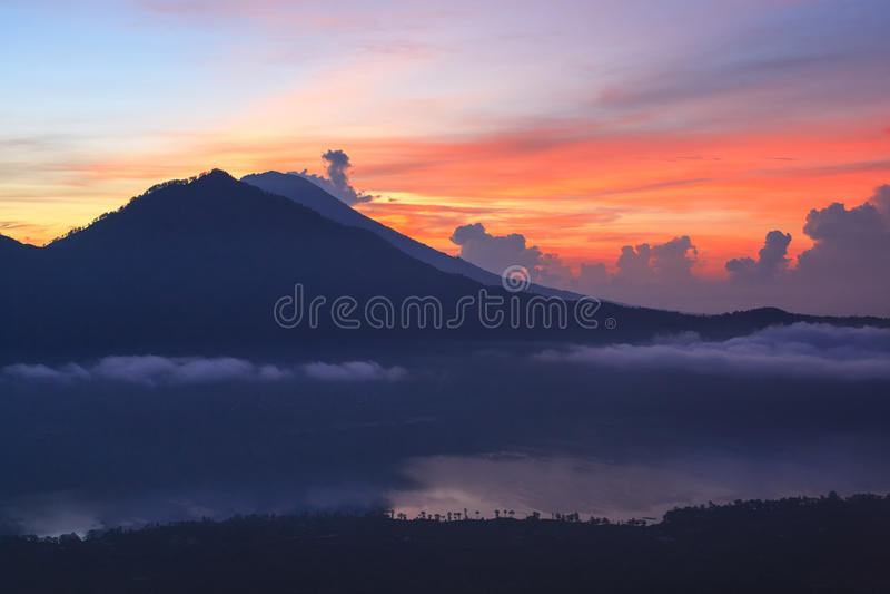 Volcan actif Lever de soleil du haut de bâti Batur - Bali, Indonésie image stock