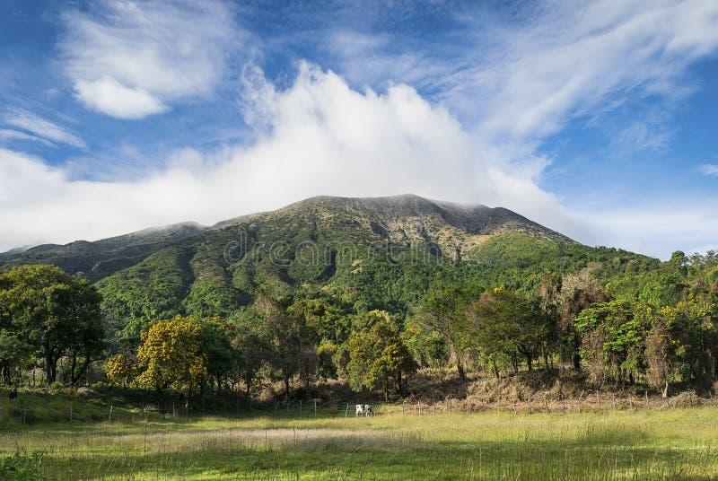 Volcan au-dessus des nuages images stock