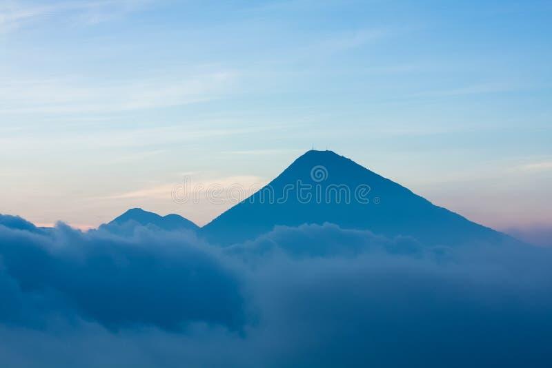 Volcan au-dessus des nuages photographie stock libre de droits