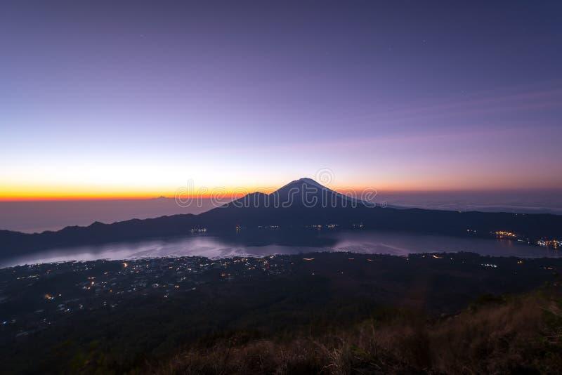 Volcan de Batur de bâti au lever de soleil images libres de droits