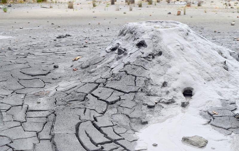 Volcan de boue avec l'émission du matériel liquide et solide - île de Baratang, îles d'Andaman Nicobar, Inde photos stock