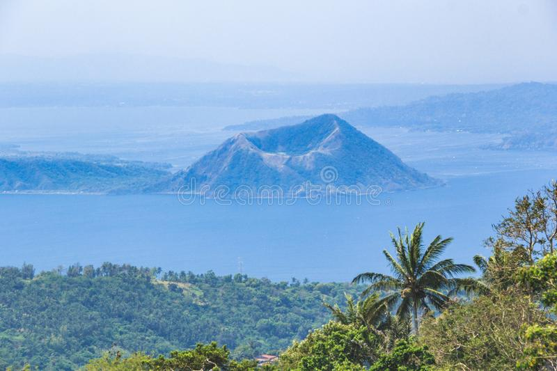 Volcan de lac Taal aux Philippines photos stock