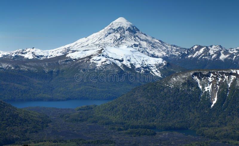 Volcan de Lanin, district de lacs images libres de droits