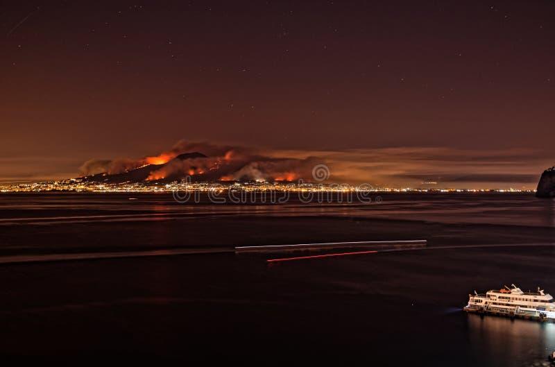 Volcan du mont Vésuve sur le feu images libres de droits