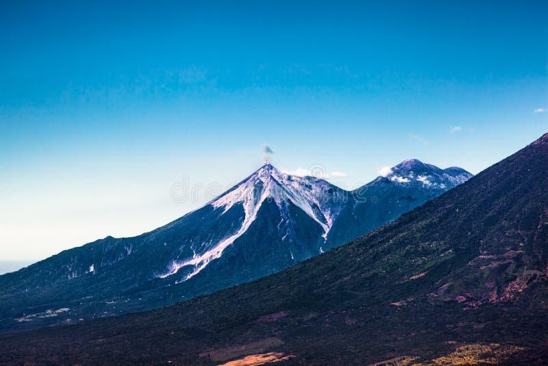 Volcan Fuego entra em erupção uma nuvem da cinza e do fumo perto de Antígua, Guate fotografia de stock royalty free
