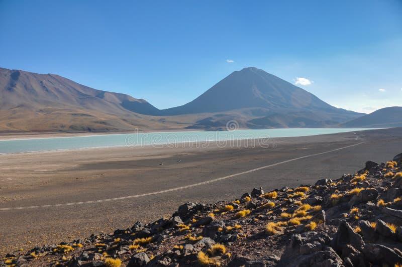 Volcan Licancabur с шикарными ландшафтами Sur Lipez, южного b стоковые фото