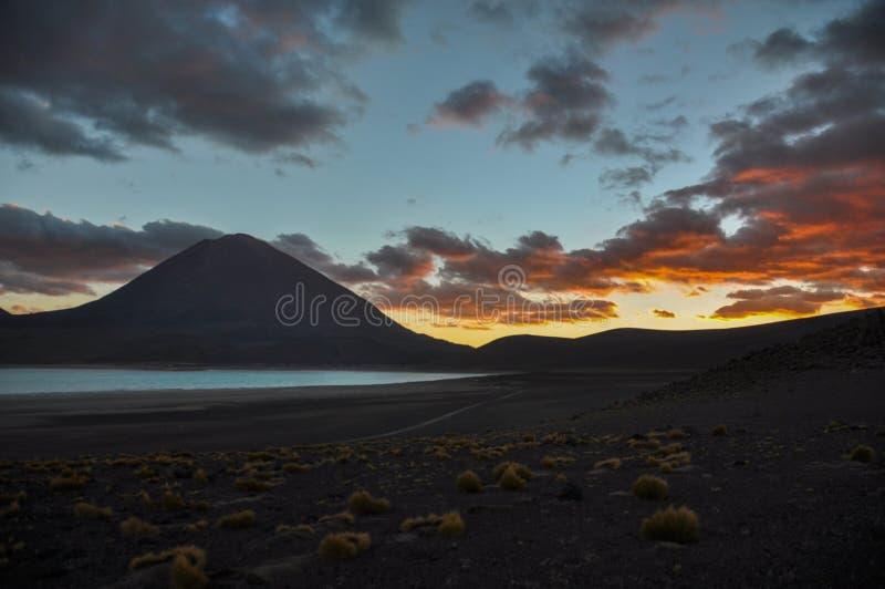 Volcan Licancabur с шикарными ландшафтами Sur Lipez, южного b стоковые фотографии rf