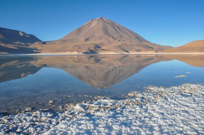 Volcan Licancabur с шикарными ландшафтами Sur Lipez, южного b стоковые изображения rf