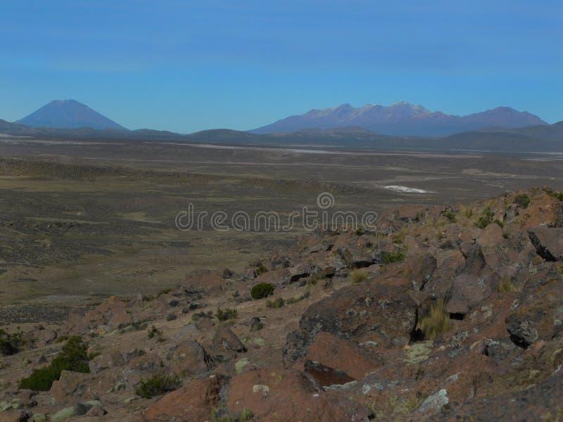Volcan Misti et Chachani de loin photo stock