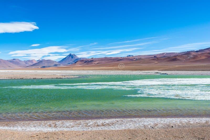 Volcan Pilli y un lago congelado con turquesa riega imagenes de archivo
