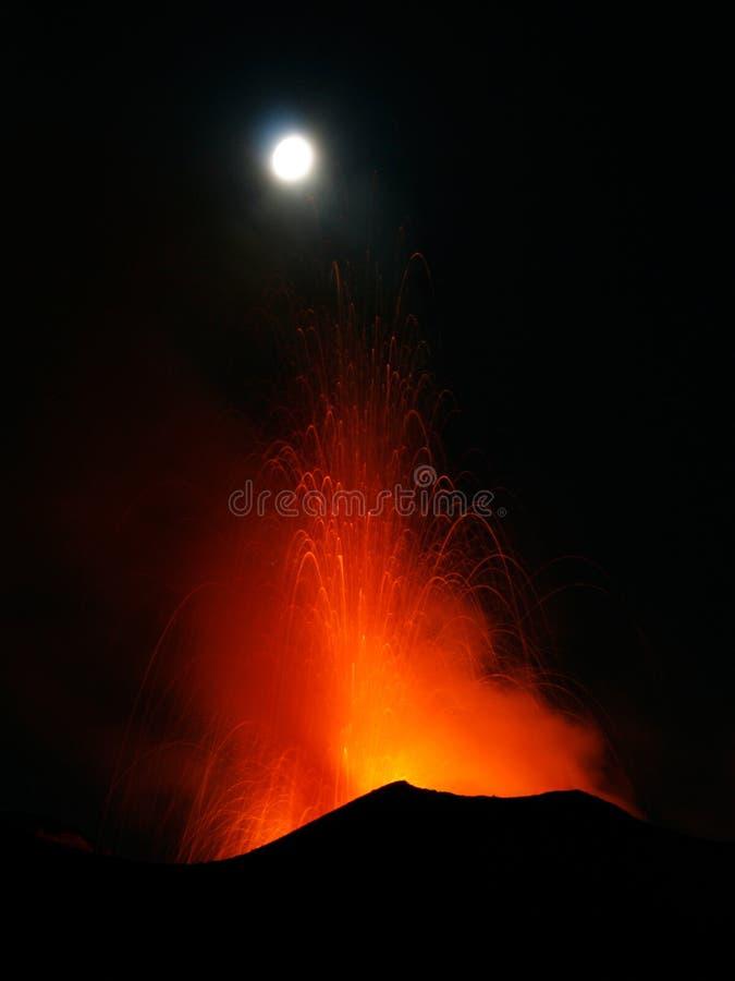 Volcan Stromboli d'éruption de pleine lune photos libres de droits