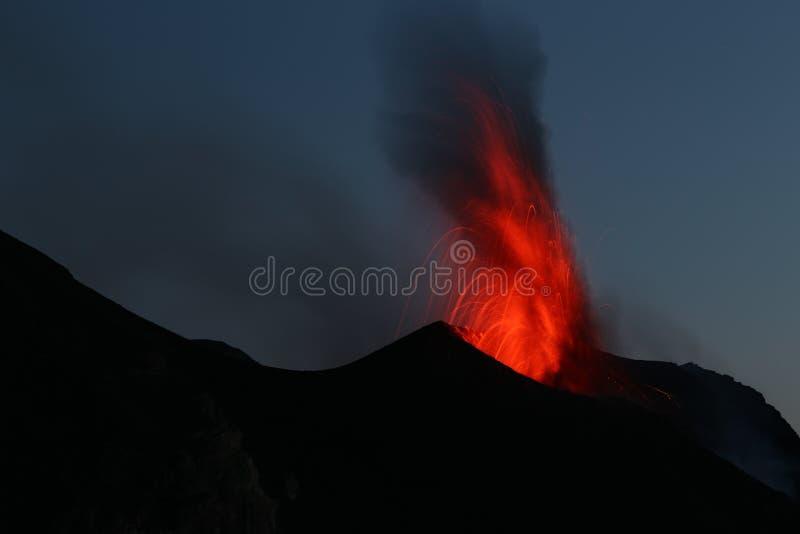 Volcan Stromboli d'éruption de pleine lune images stock