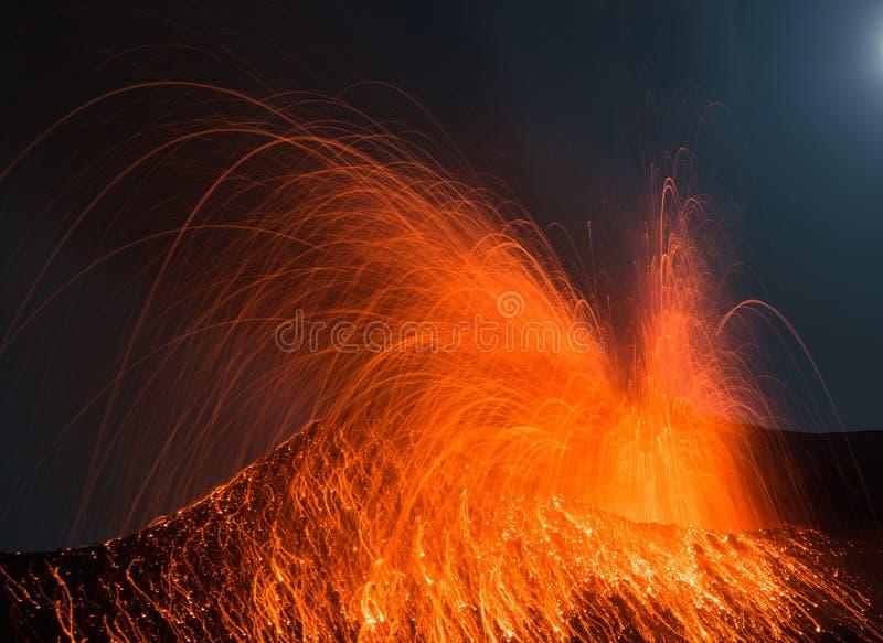 Volcan Stromboli d'éruption de pleine lune photographie stock libre de droits