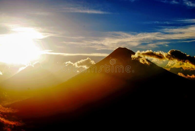 Volcanes centroamericanos en la puesta del sol imagen de archivo