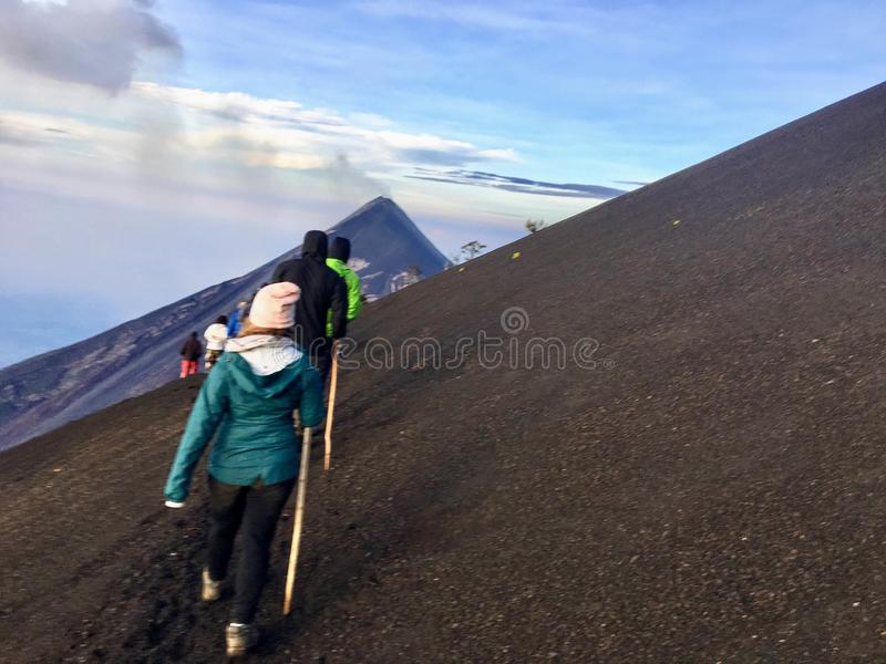 Volcanes de exploración alrededor de Antigua, Guatemala fotos de archivo