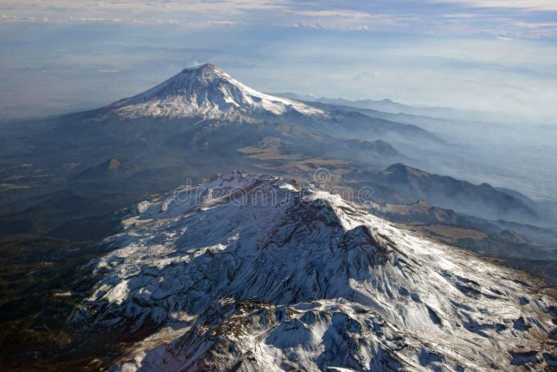 Volcanes Popocatepetl und Iztaccihuatl, Mexiko Ansicht von der Ebene stockfotografie