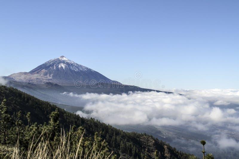 Volcano Above de Wolken royalty-vrije stock foto's