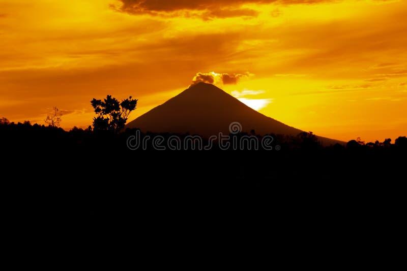 Volcano Agung en el tiempo de la puesta del sol, isla tropical de Bali, Indonesia fotografía de archivo libre de regalías