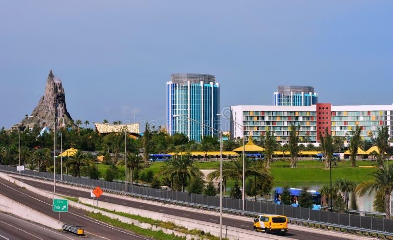Volcano Bay och färgrika hotell Härlig sikt från den universella boulevardbron arkivfoto