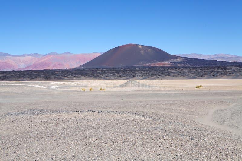 Volcano Carachi Pampa bij de Puna de Atacama, Argentinië stock fotografie