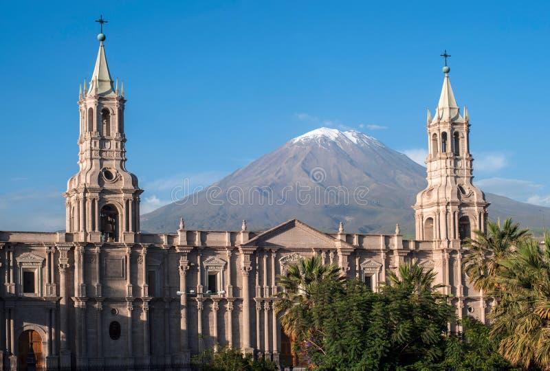 Volcano El Misti förbiser staden Arequipa i sydliga Peru arkivfoton