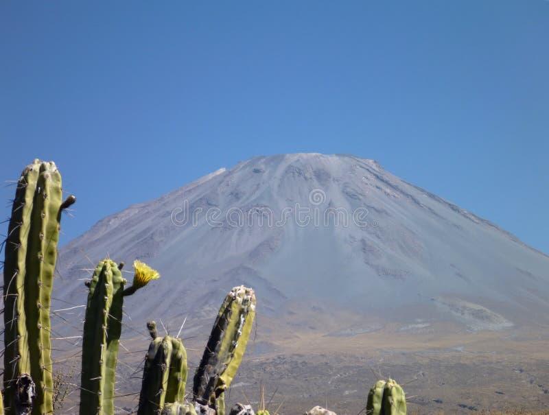 Volcano El Misti sobre arwquipa fotos de archivo