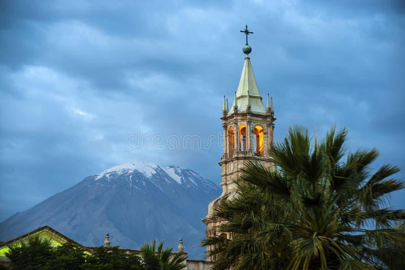 Volcano El Misti trascura la città Arequipa nel Perù del sud immagini stock