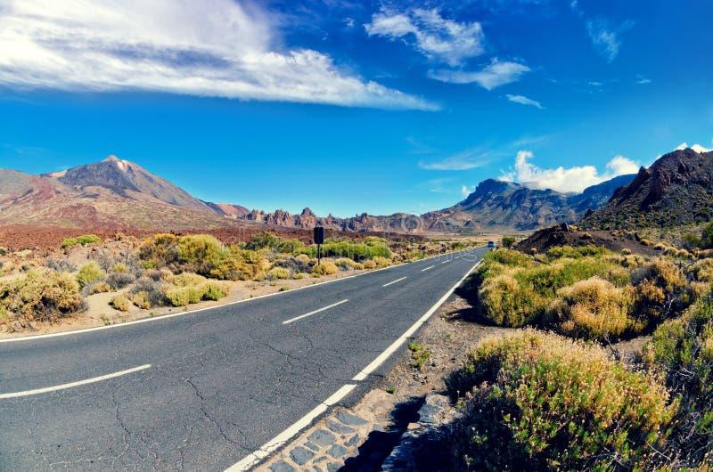 Volcano El Teide, parque nacional de Tenerife El camino a través de la lava oscila en parque nacional del EL Teide Opinión de len foto de archivo