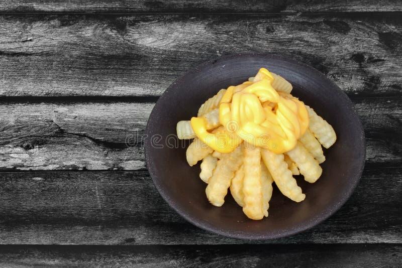 Volcano French-gebraden gerechten als Frieten met geschikte die kaas worden bedekt stock afbeelding
