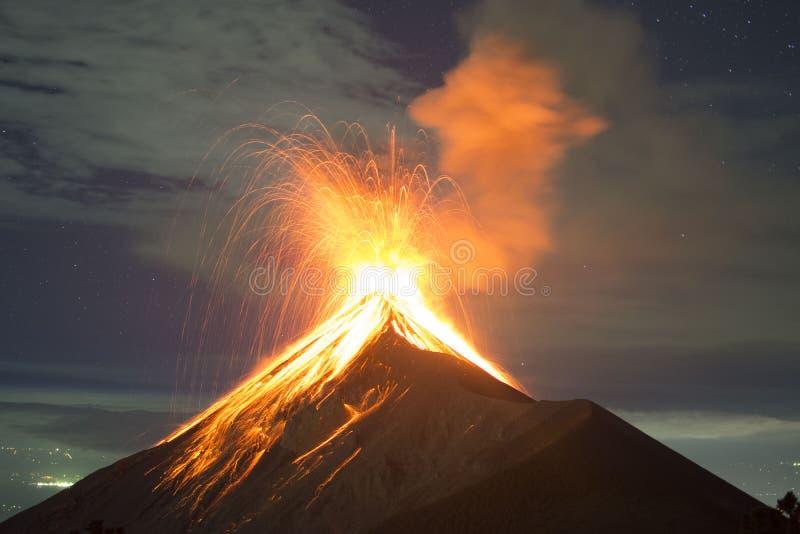 Volcano Fuego explosion i Guatemala som uppifrån fångas av Acatenangoen arkivbilder