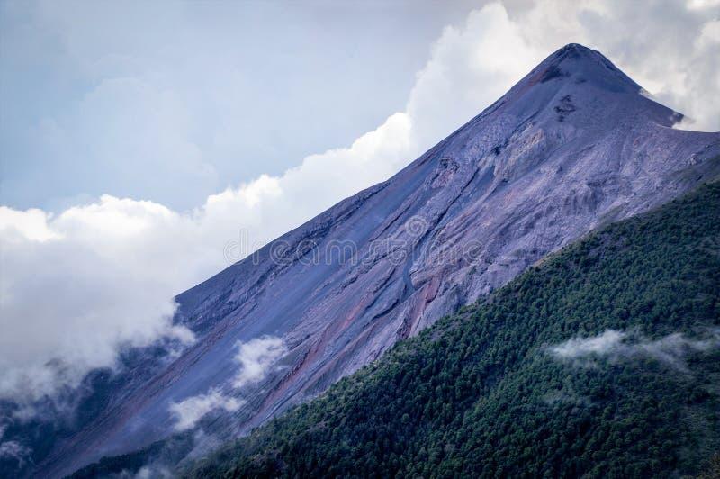 Volcano Fuego i dåligt vädervillkor royaltyfri foto