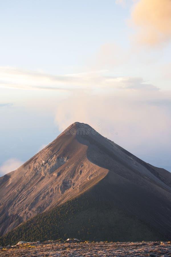 Volcano Fuego i Guatemala som uppifrån fångas av Acatenangoen royaltyfri fotografi