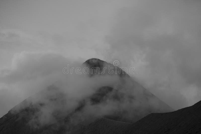 Volcano Fuego utbrott med stjärnor i Guatemala som uppifrån fångas av Acatenangoen royaltyfri bild