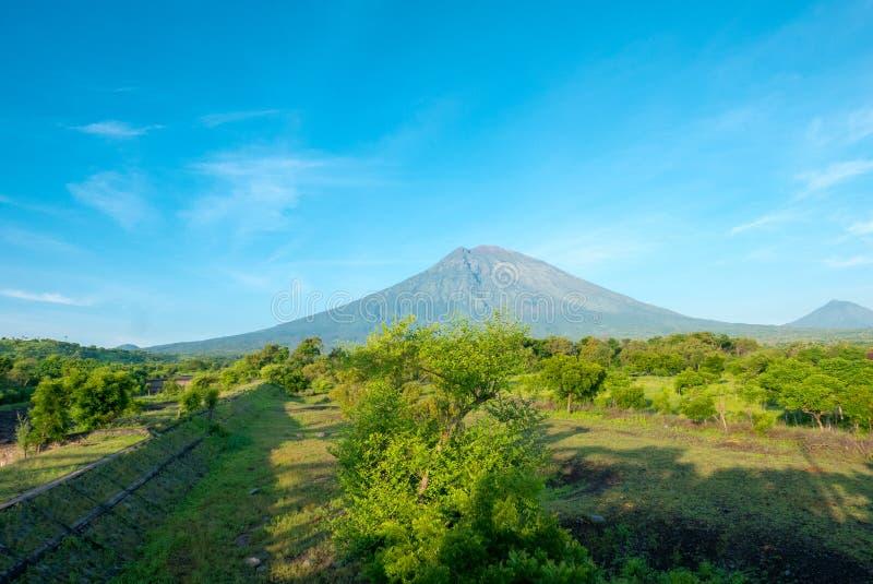 Volcano Gunung Agung med klar blå himmel från Amed i Bali, Indo royaltyfri fotografi