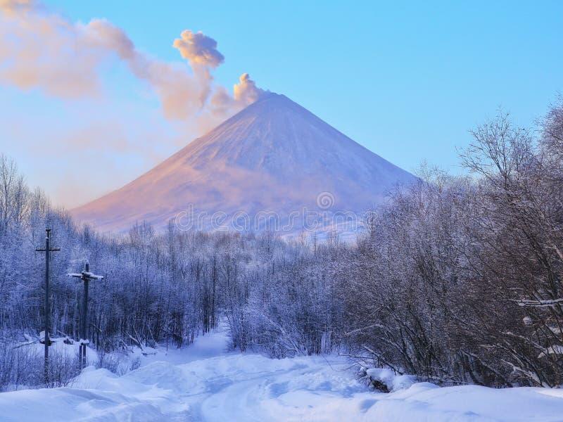Volcano Klyuchevskaya Hill (4800m) stock afbeelding