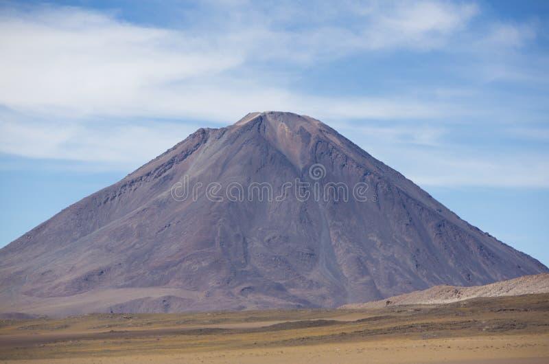 Volcano Licancabur-andf bewölkter blauer Himmel stockfoto