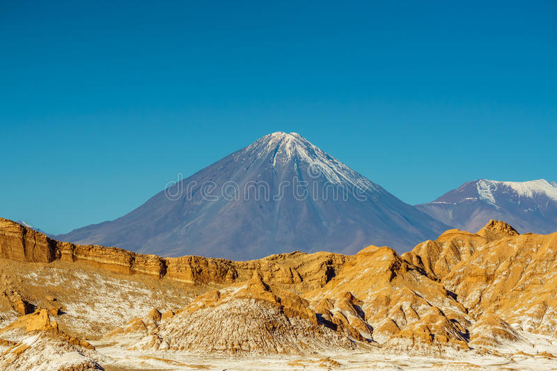 Volcano Licancabur na beira do Chile a Bolívia por San Pedro de Atacama fotografia de stock