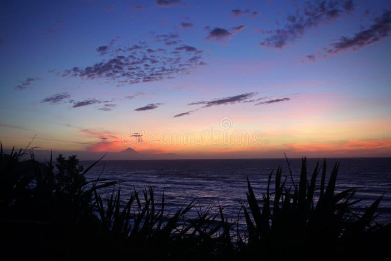 Volcano Mt Taranaki durante la oscuridad vista de Mokau imágenes de archivo libres de regalías