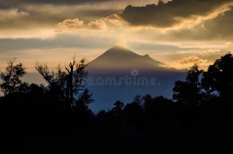 Volcano Popocatepetl im Sonnenuntergang lizenzfreie stockfotos