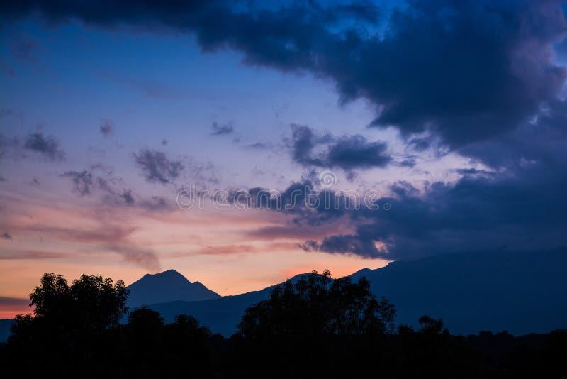 Volcano Popocatepetl im Sonnenuntergang stockbilder