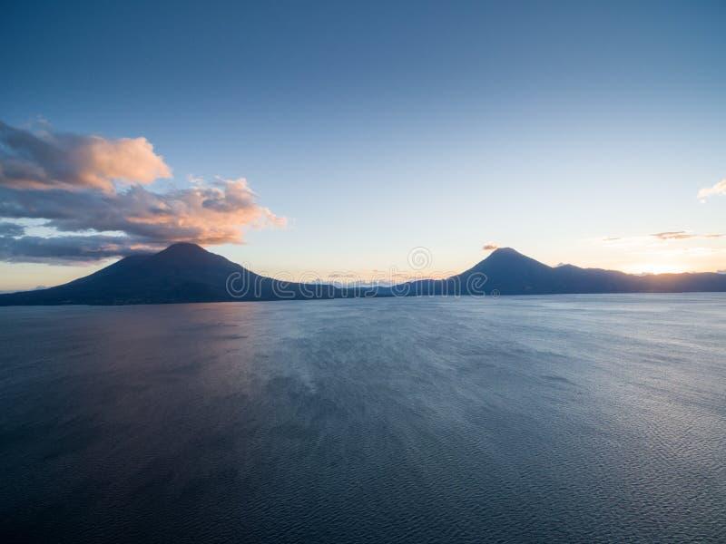 Volcano San Pedro y Volcano Atitlan en fondo Lago Atitlan en primero plano Lugar de visita turístico de excursión en Guatemala imágenes de archivo libres de regalías