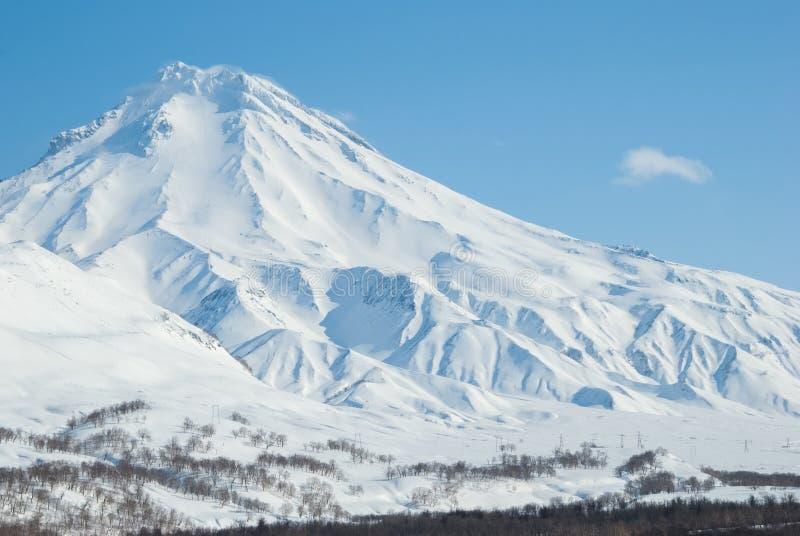 Volcano Viluchinsky omvat met sneeuw bij zonnige de winterdag stock foto's