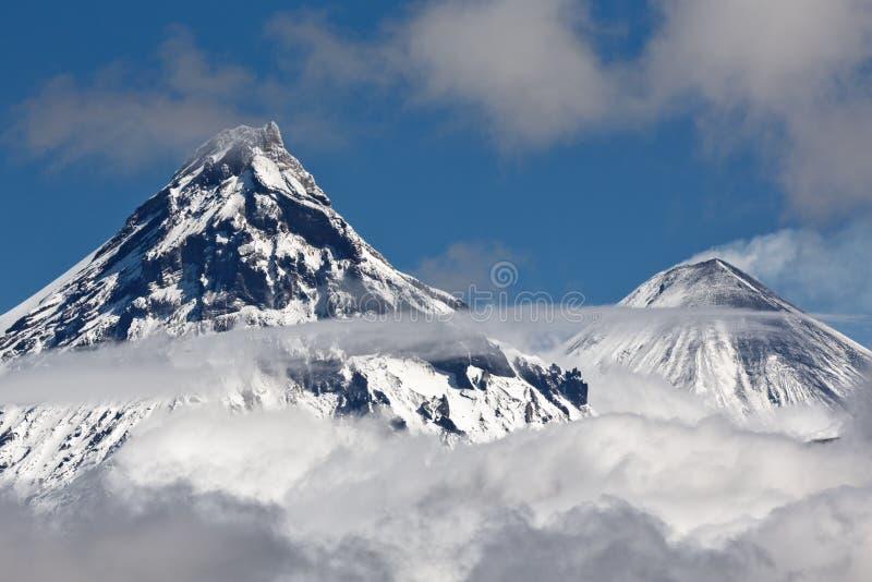 Volcanoes av den Kamchatka halvön: Kamen och Kliuchevskoi fotografering för bildbyråer