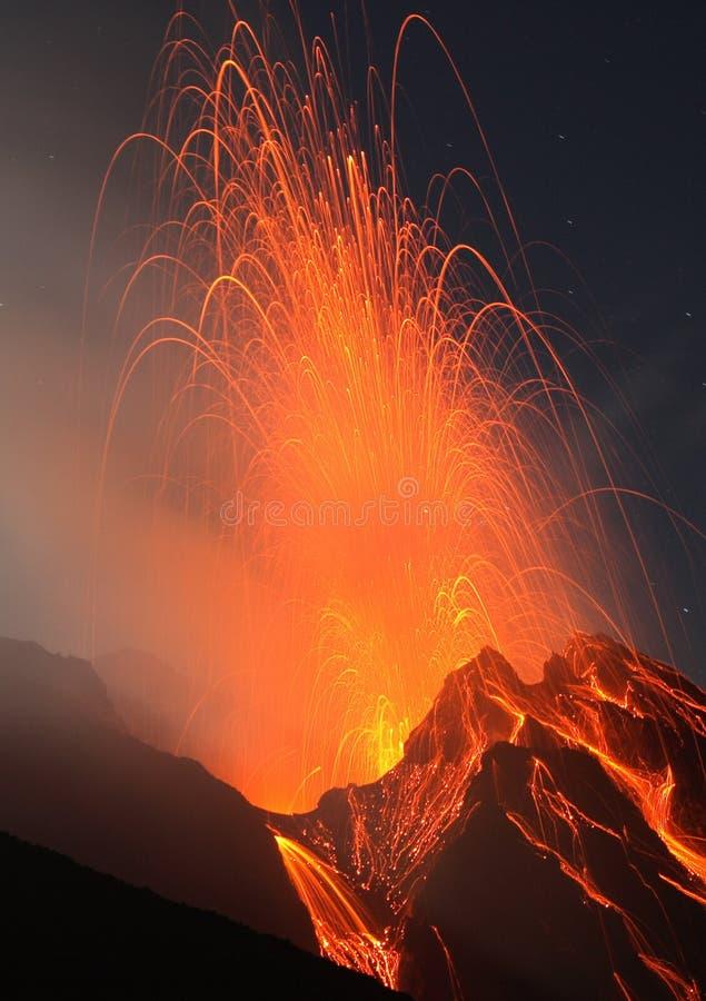 VolcanoStromboli en la noche imágenes de archivo libres de regalías